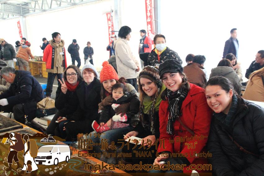 能登・穴水町岩車(石川県) - 雪中ジャンボかきまつり。去年、能登で英語の授業のアシスタントをする若い先生たちと一緒に牡蠣を楽しんだ。