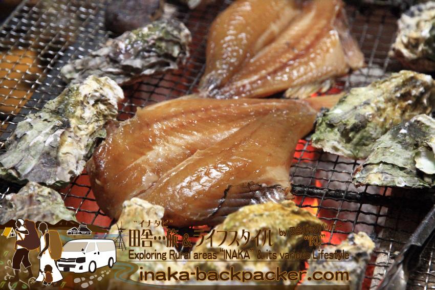牡蠣だけでなく、サバやハチメ(メバル)の干物、タテ貝、椎茸、地酒など...能登の里山里海の幸を盛り沢山に食べつくした