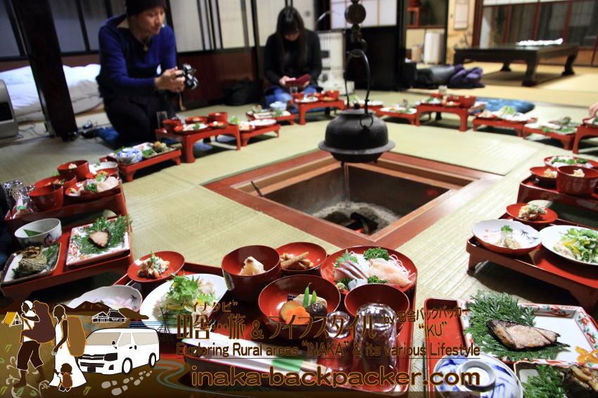さて、この夜から翌日午前中までは能登町で過ごす。能登町の農家民宿「ゆうか庵」でのお食事と宿泊。田舎創作料理をのせた輪島塗の御膳が囲炉裏の前に並ぶ。みんな、料理に感激だった。このお料理に朝食付きの一泊二食付きで10,500円。全日空/ANAと能登空港または小松空港と羽田空港の往復便の使用で3000円のディスカウントとなる。(のと里山空港利用促進並びに航空運賃助成金交付の期間中)