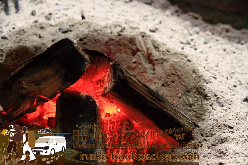 能登町 農家民宿「ゆうか庵」の囲炉裏を囲ってお食事。そしてリラックスの一時。
