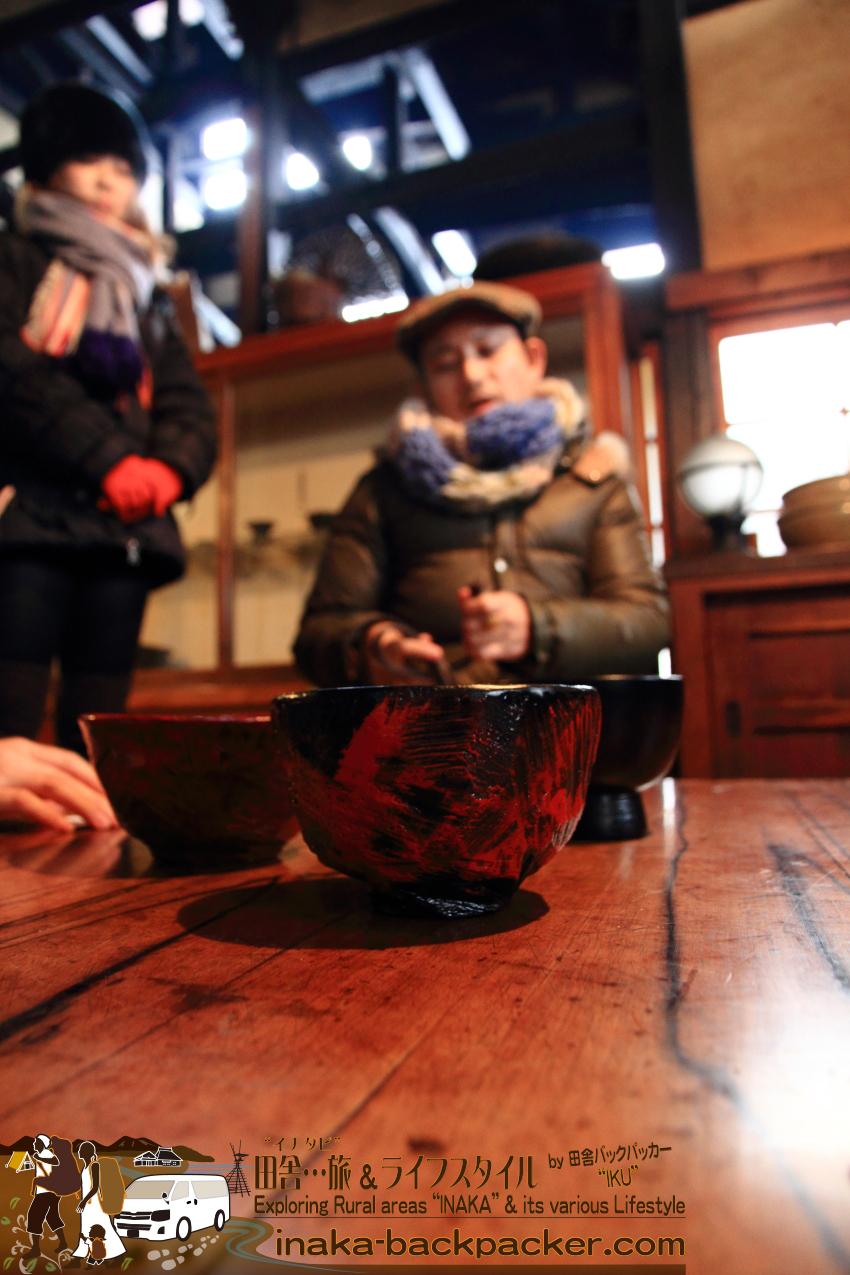 漆器の合鹿椀は能登町(旧柳田村)の合鹿エリアでつくられ、床に置いた状態で食事ができるよう、器が高い点が特長。その特長に、大宮さんはさらに独自の技法を駆使して、合鹿椀を作っている。