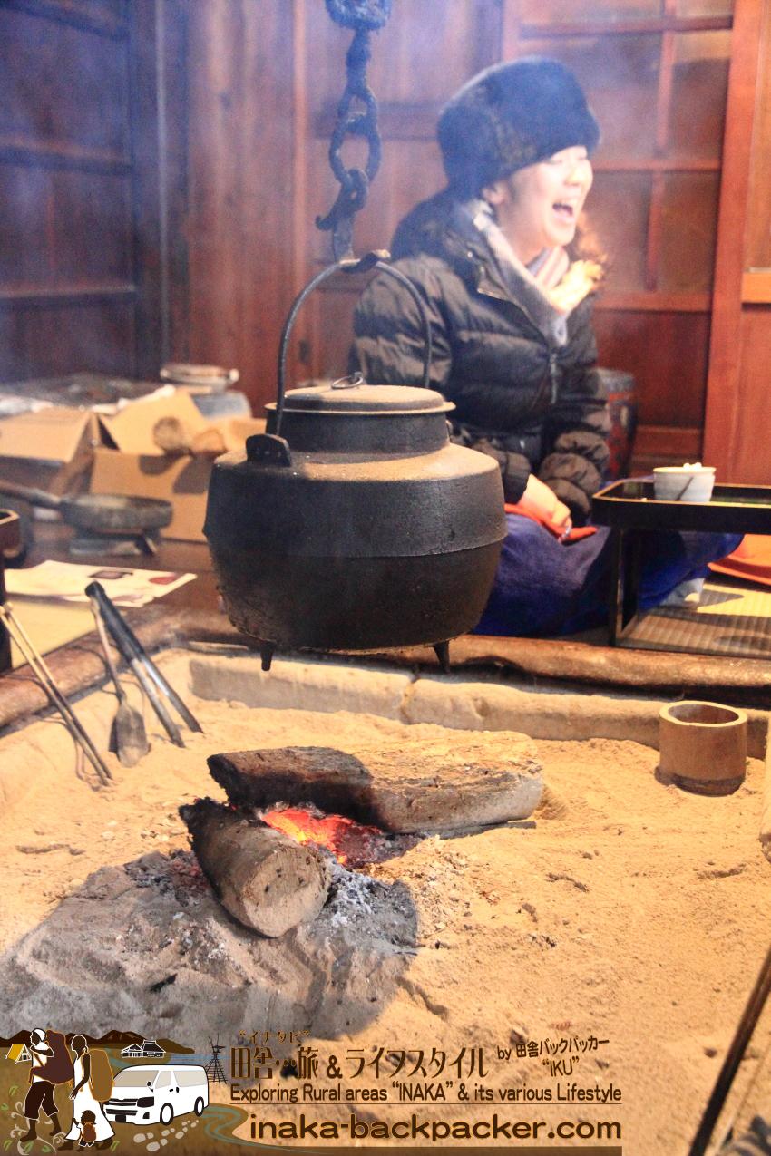 この季節...外より中のほうが寒い...中谷家。囲炉裏をみんなで囲って...暖をとり...