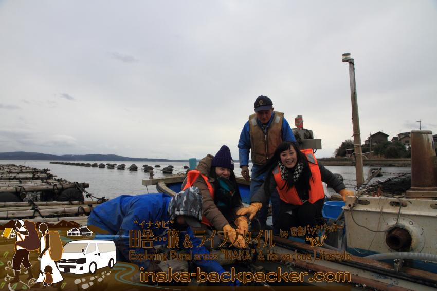 牡蠣漁師の河端さん親子に牡蠣の水揚げについて教えてもらうゆうこちゃんと大西結花さん