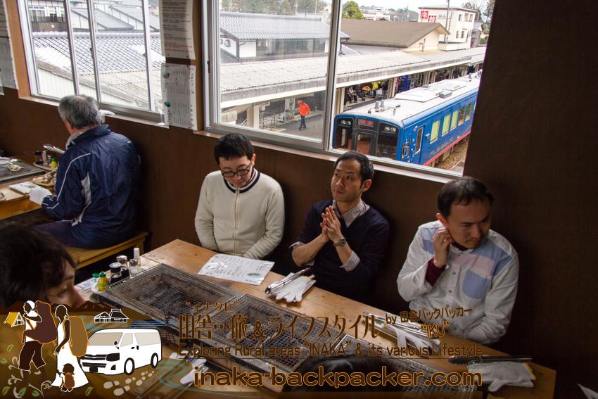 能登・穴水町(石川県) - 穴水駅「穴水駅ホームあつあつ亭」。「まだかなぁ~」と注文を待つ。