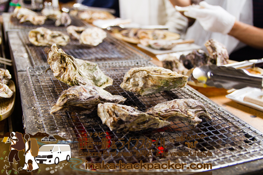 能登・穴水町(石川県) - 穴水駅の跨線橋の通路にセットされたコンロで牡蠣を焼く。ここはのと鉄道穴水駅にある牡蠣食堂「穴水駅ホームあつあつ亭」。
