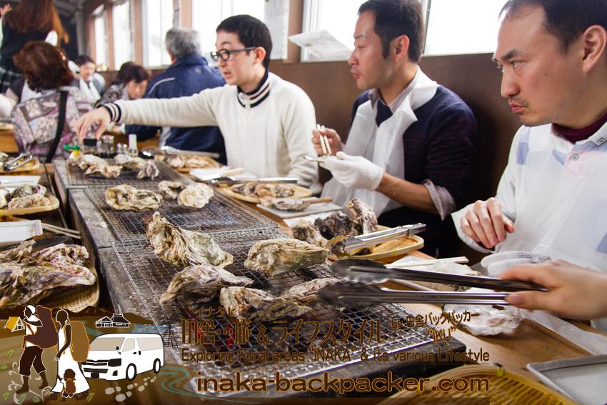 能登・穴水町(石川県) - 穴水駅の跨線橋は炭火と牡蠣の香り。のと鉄道穴水駅にある牡蠣食堂「穴水駅ホームあつあつ亭」。