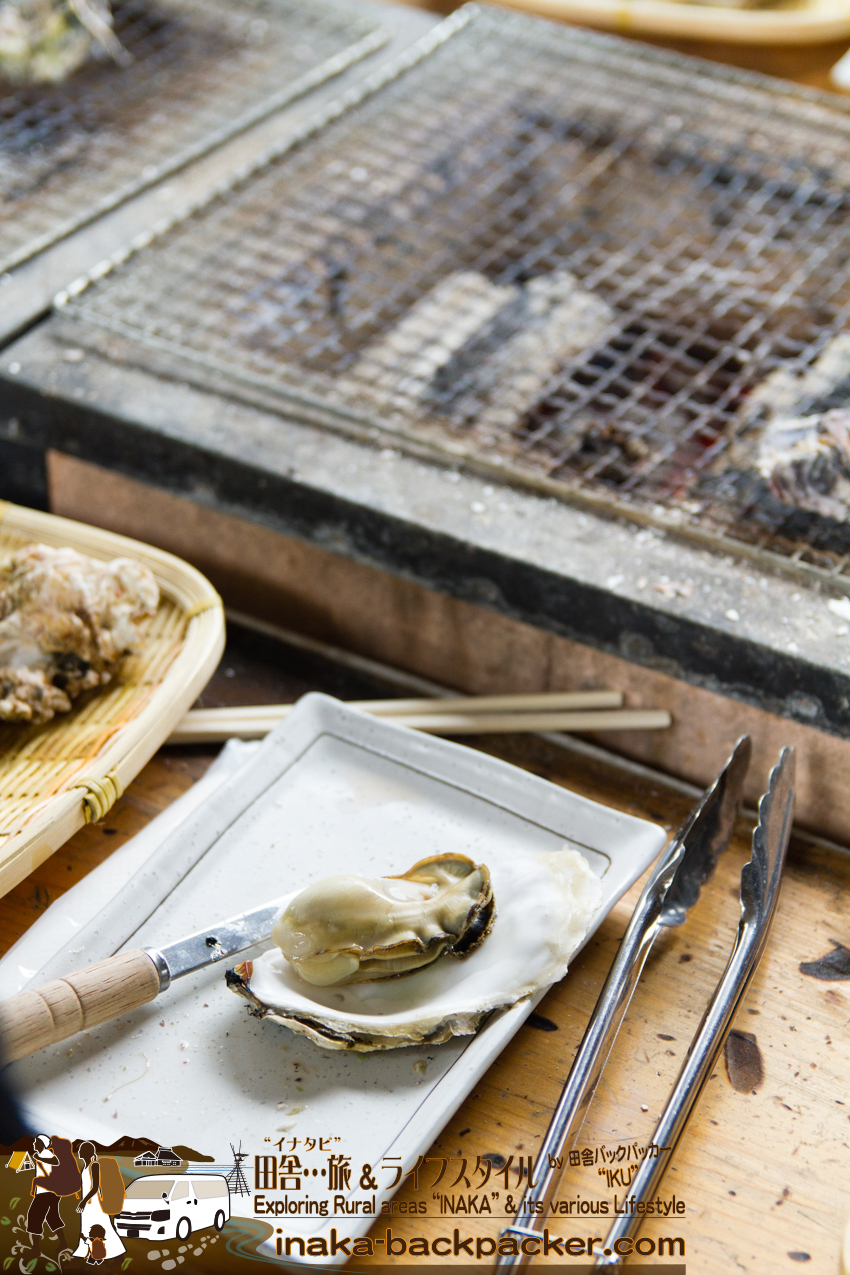 能登・穴水町(石川県) - 良い感じの牡蠣が焼けた。のと鉄道穴水駅にある牡蠣食堂「穴水駅ホームあつあつ亭」。ホームからホームへの跨線橋のの通路で、牡蠣を食べることができる唯一の店だろう。
