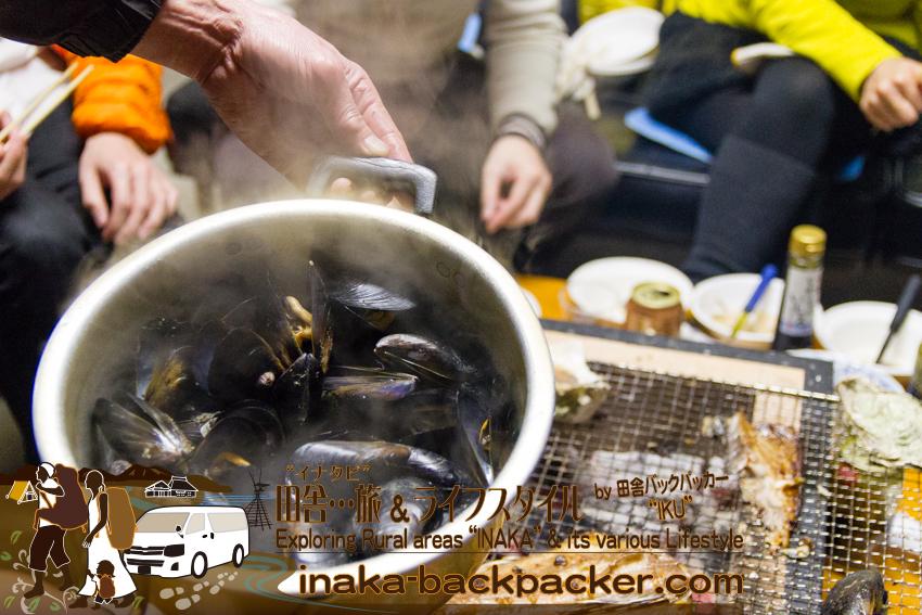 """能登・穴水町岩車 - ムール貝を蒸してみた。これも美味しい。冬の「""""ざっくばらんな""""田舎ライフスタイル体験」のバーベキューの様子。ムール貝は水揚げした牡蠣貝にくっついてくるので、一石二鳥となる。"""
