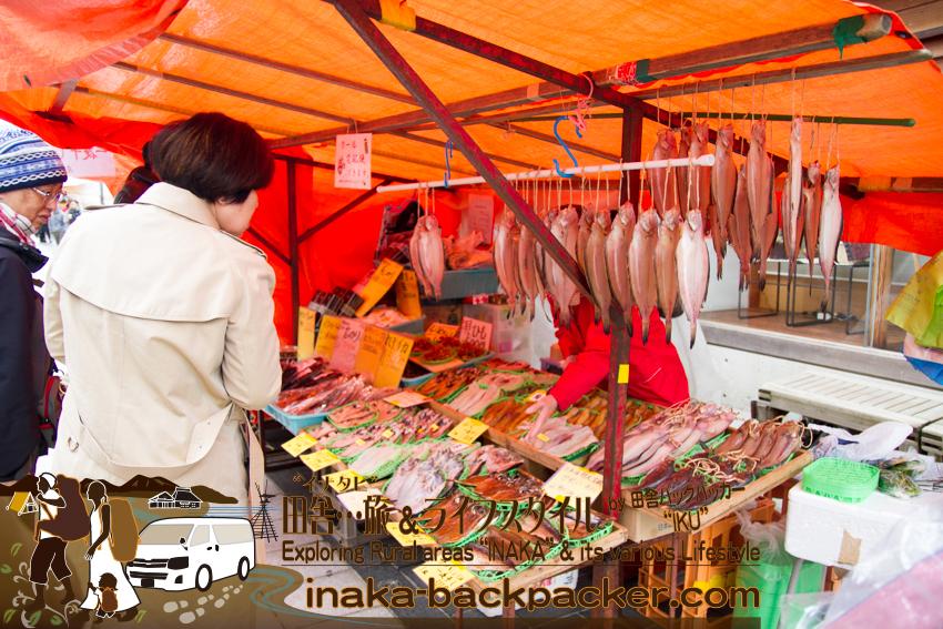 能登・輪島市(石川県) - 輪島の「朝市」では露店で魚介類や野菜などを販売している。中には、能登産ではなく、ロシア産のものも多かった。店には輪島塗なども。