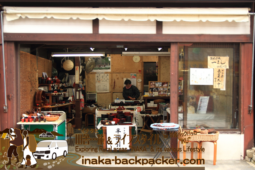 能登・輪島市(石川県) - 「朝市」の漆器店「一よし」。高級な輪島塗、工程の途中で完成品とした漆器、能登ひばの箸などを販売している。