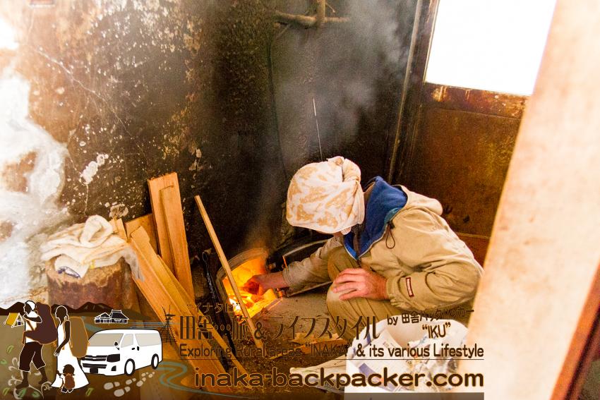 能登・輪島 - 与呂見地区にある龍昌寺。風呂の水を薪で沸かす村田和樹さん。