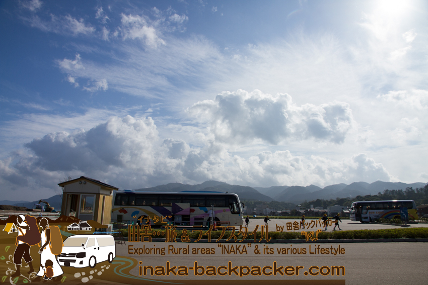 石川県輪島市 - 朝9:00になると、六銘館に、韓国や中国からの観光客がバスで到着し始めた。