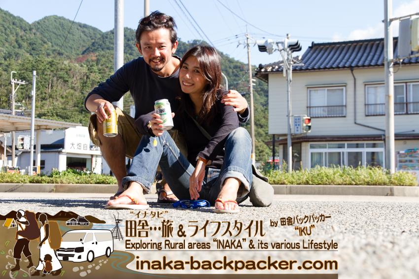 石川県輪島市曽々木 - 次のバスまで、1時間半ほど時間があったので、とりあえず、商店でビールを買って、太陽がぼくらを照らすなか、外で昼ビール。これが最高にうまい。