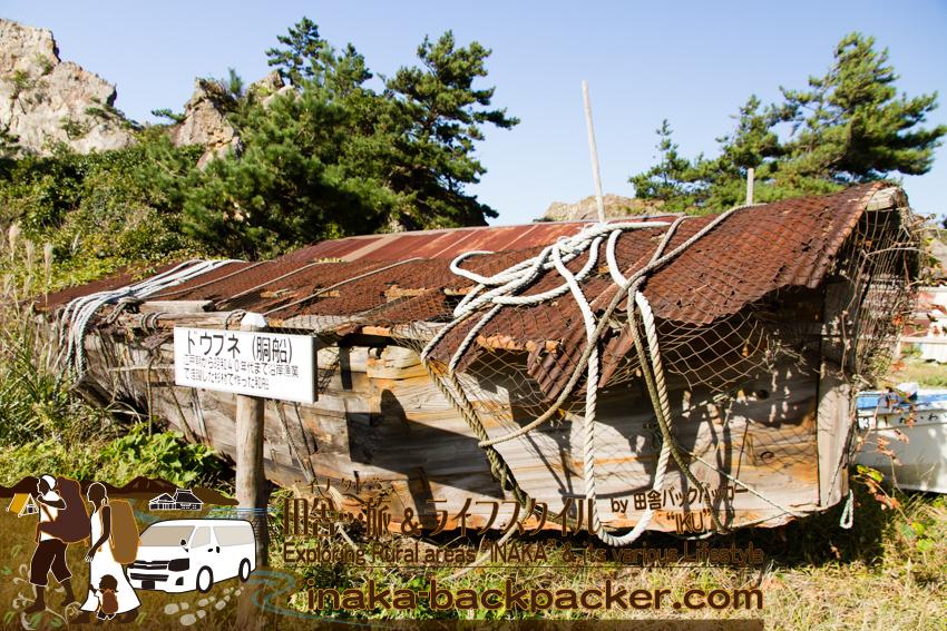 しばらくすると、江戸時代から昭和40年まで使われていた杉材製の胴船が外に展示されていた。「なぜここに?」展示したかは全くわからないが...