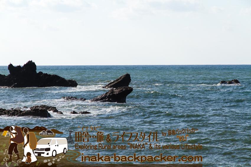 石川県輪島市 - 曽々木の「垂水の滝」へ向かう。その途中の景色。カエルのような岩だ。
