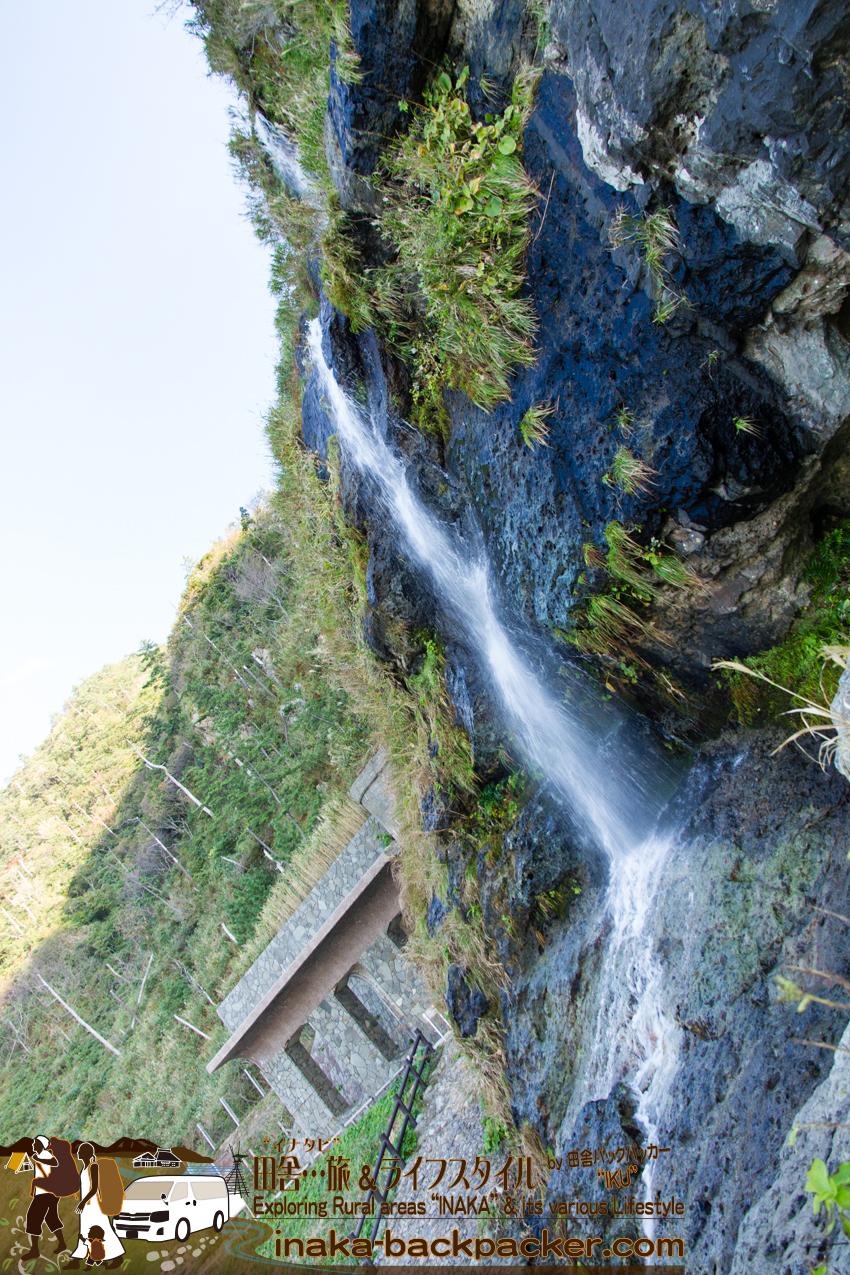 「垂水の滝(たるみのたき)」に到着。この滝はダイレクトで、山から海へと流れている。小さい滝の水が、広大な海へ...