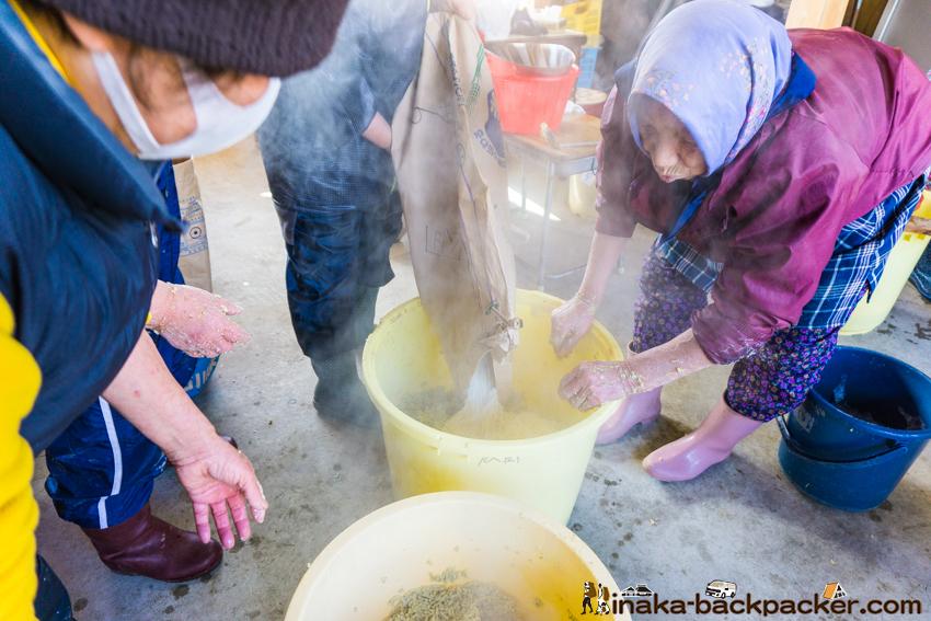 能登 穴水町 味噌作り 麹 豆 塩 混ぜる