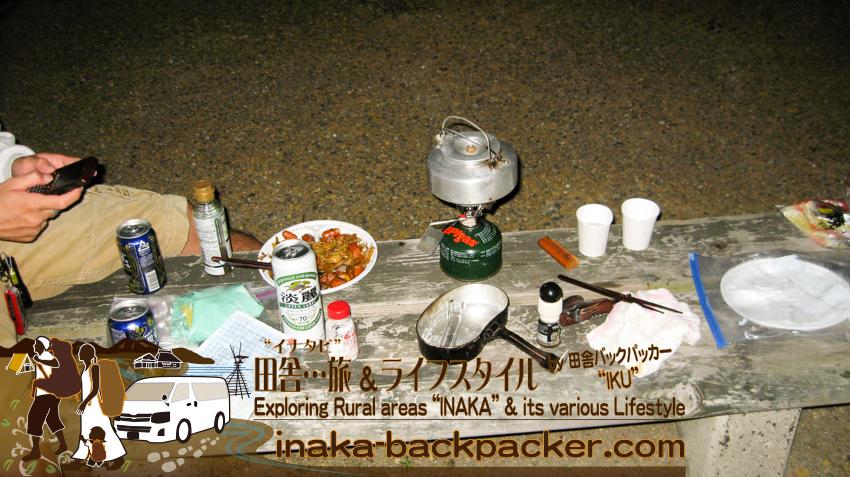 石川県輪島市 袖ヶ浜海水浴場 - 今日の夕飯。ビールは欠かせない...ぼくらの夕飯はずっとこんな感じだ。