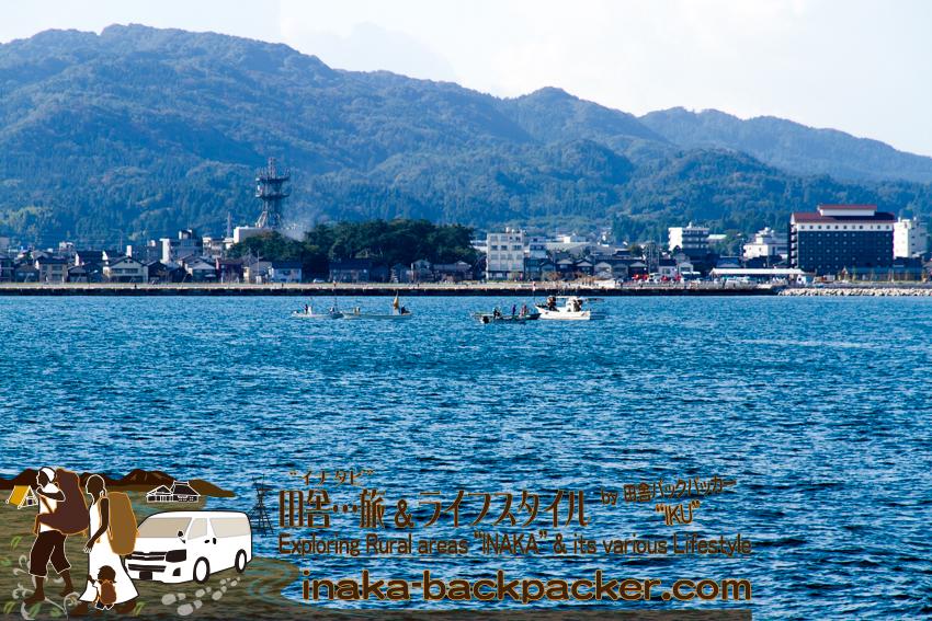 舳倉島への定期船からの眺め。輪島にある「ホテルルートイン」が見える。
