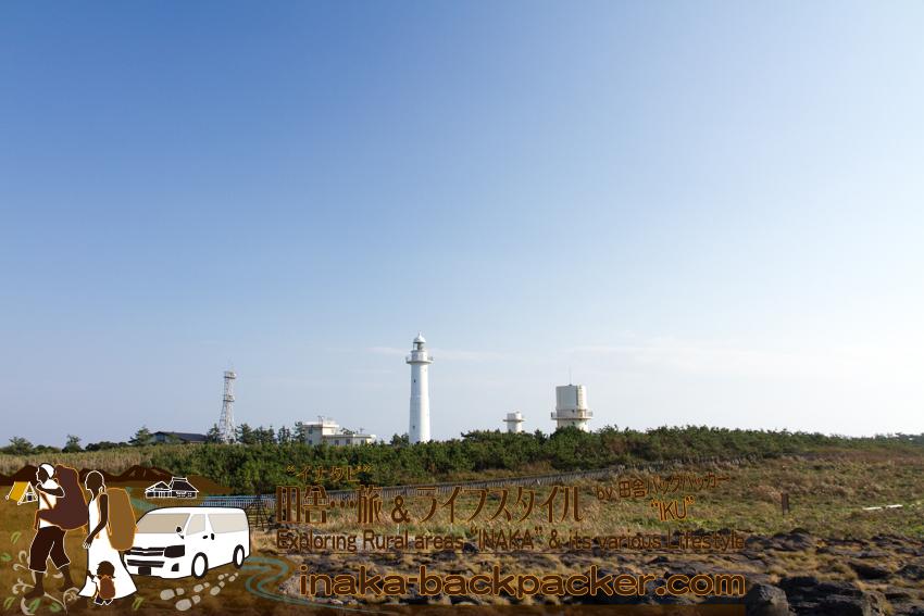 石川県舳倉島(へぐらじま)には真中の灯台の他にいくつかのタワーがある。