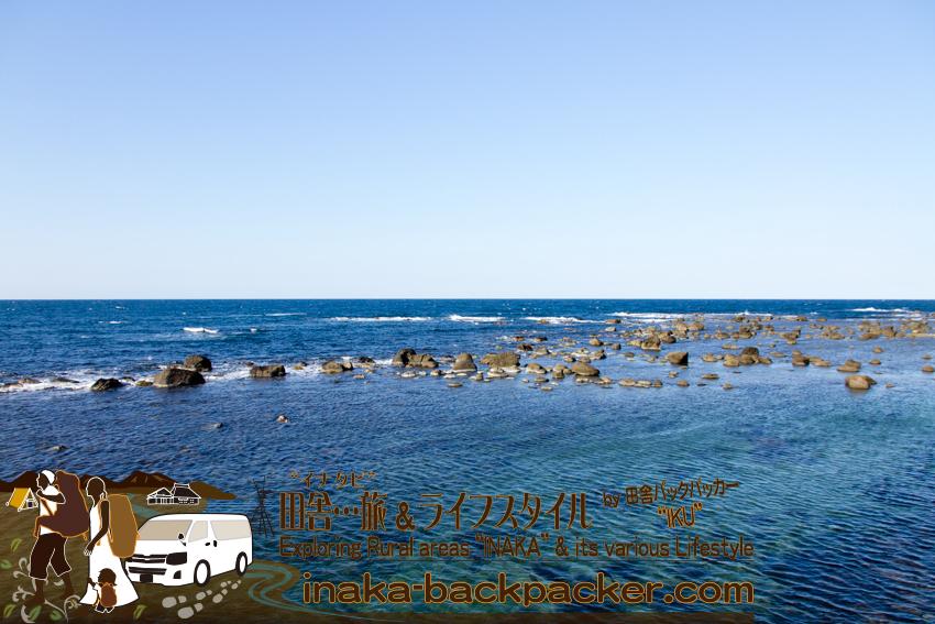 能登半島の外浦。綺麗な海。オブジェのように岩が転がっている。