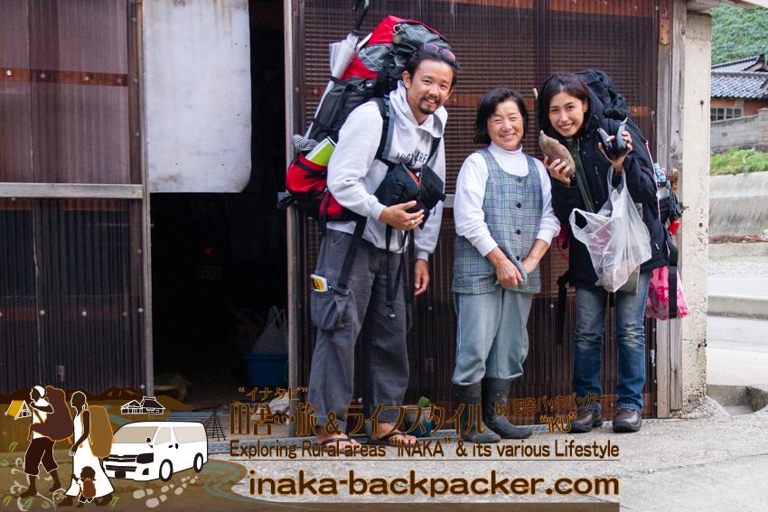 石川県能登半島 - 奥能登一周中。旅歩いていると親切なお母さんがイモや茄子をくれた!嬉しい!