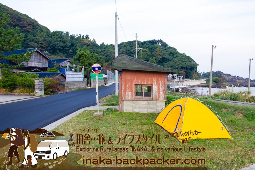 石川県 奥能登一周中 - 泊(とまり)のバス停でテントを張ったぼくら / Ishikawa Pref. on Noto Peninsula - We set up our tent at a bus station called Tomari last night.
