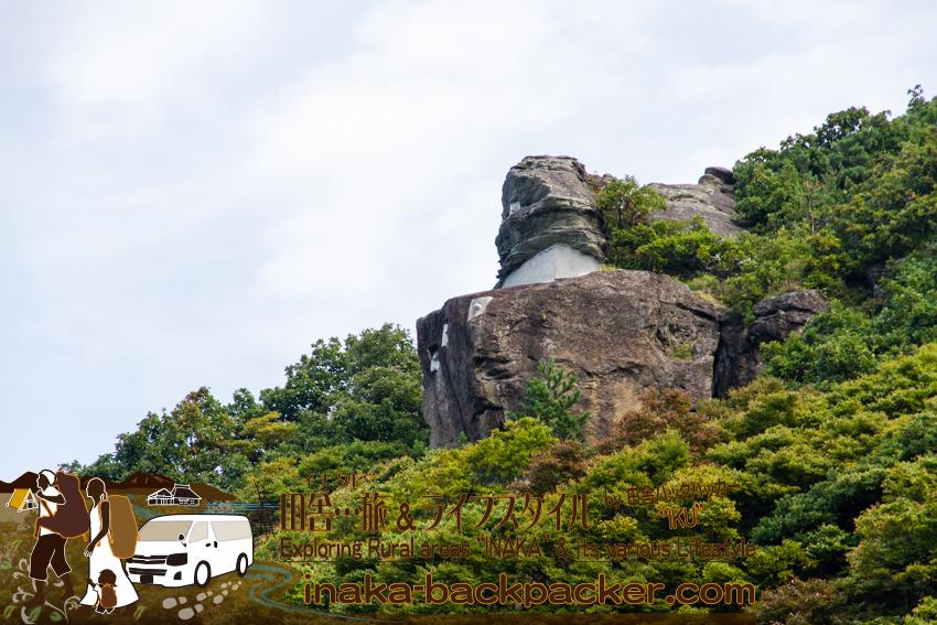 奥能登一周中 - 珠洲「つばき茶屋」へと歩く。途中、山の上のほうには...この巨神兵のような岩がある。