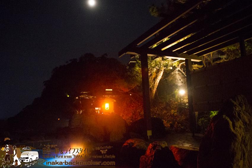 奥能登一周中 - 「ランプの宿」のお風呂。月光の中入れる露天風呂。雰囲気は最高の風呂だ。