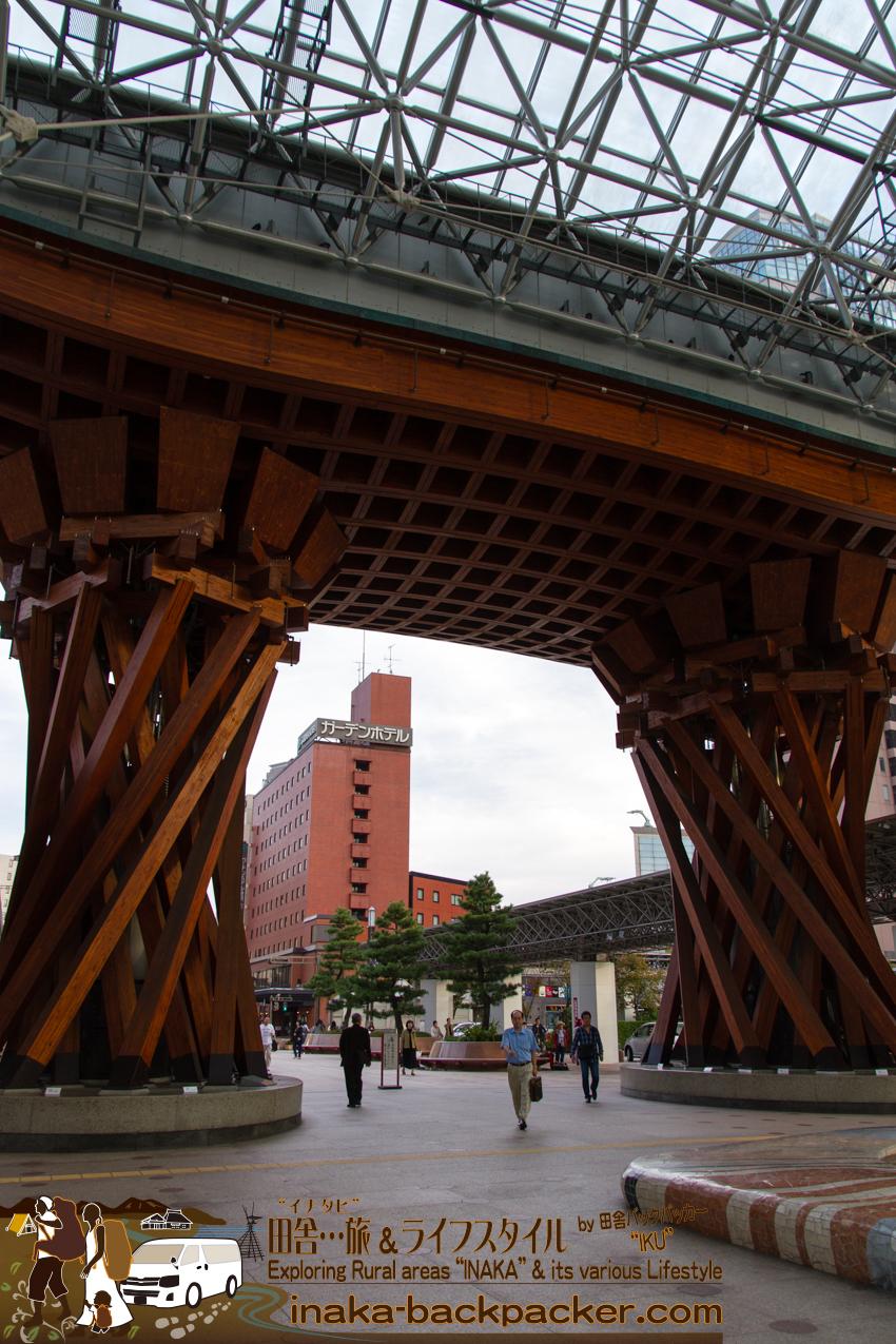 石川県金沢駅前に建造中の橋のようなオブジェ。このどでかいオブジェはなんだ?!
