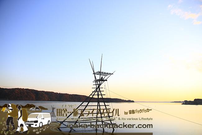 能登・穴水町中居 - 「中居湾ふれあいパーク」。穏やかな中居湾/七尾北湾と「ボラ待ちやぐら」