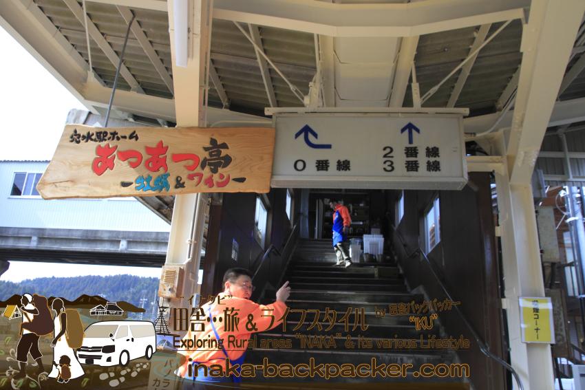 この跨線橋の階段をのぼり、列車や線路を眺めながら、あつあつに焼いた牡蠣を楽しむことができるのだ。