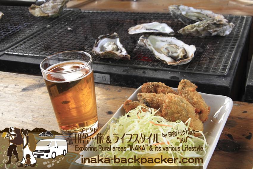 『穴水駅ホームあつあつ亭』の「あつあつ盛りセット」には焼き牡蠣7個、牡蠣フライ5個、牡蠣ごはんがついてくる。のと鉄道を利用すると追加で牡蠣2個がプラスとなる。牡蠣ごはんに2~3個の牡蠣が入っていることを考えると、合計約15個の牡蠣を堪能できる。これで1600円だ!