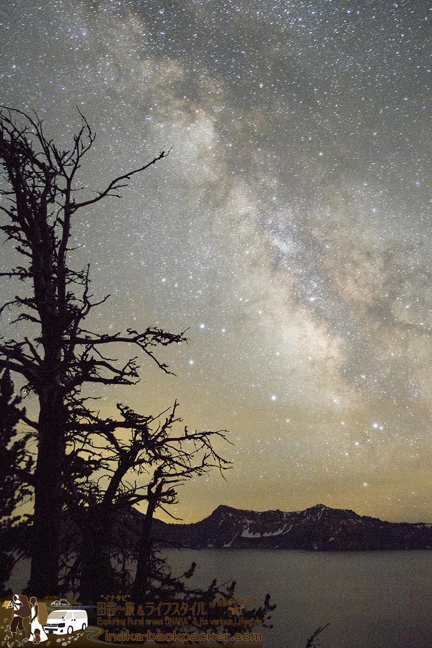 アメリカオレゴン州のクレーターレイクで「ミルキーウェイ(天の川)」を眺める