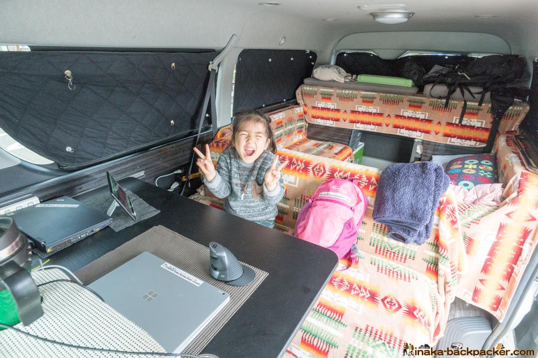 ハイエース キャンピングカー 荷物 車内 バンライフ