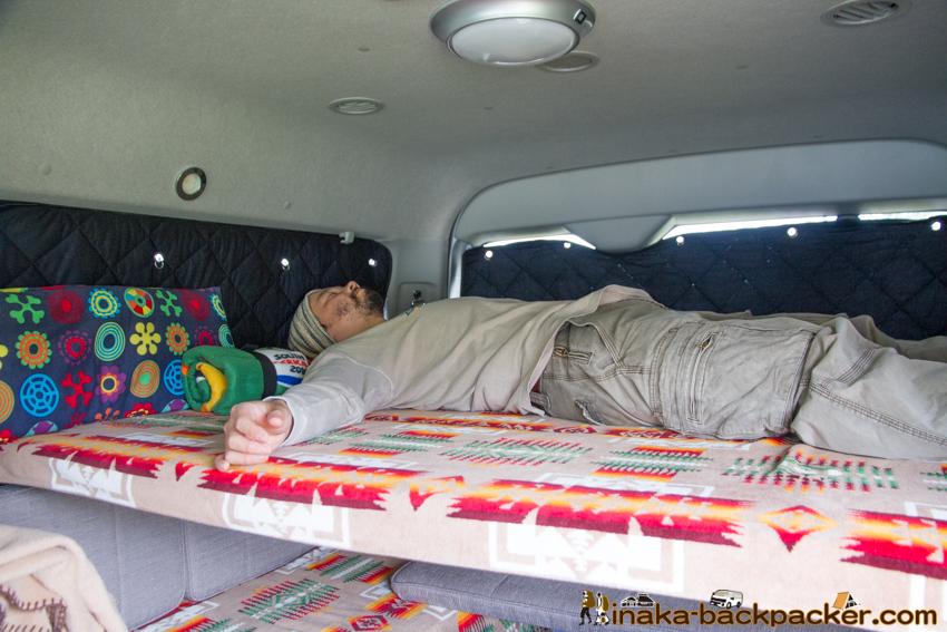 バンライフ 車で寝る 車上生活 ハイエース 車中泊